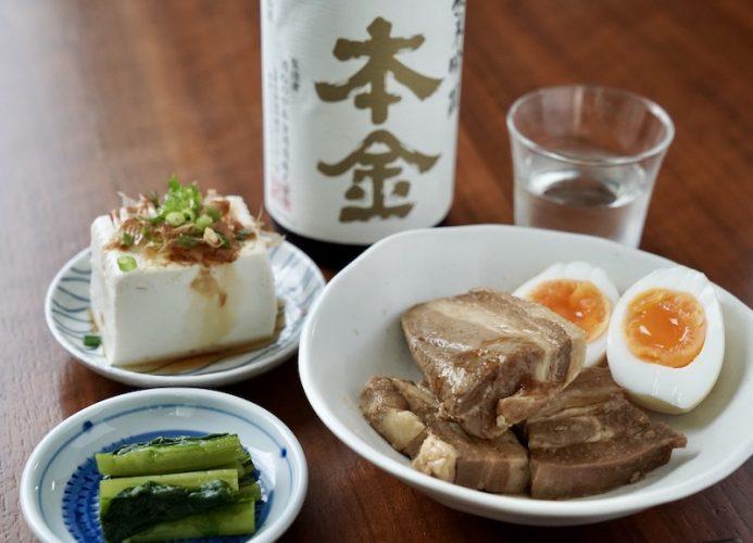 <small>【諏訪の地酒と季節のつまみ】</small><br>本金「純米吟醸 諏訪」と豚の角煮
